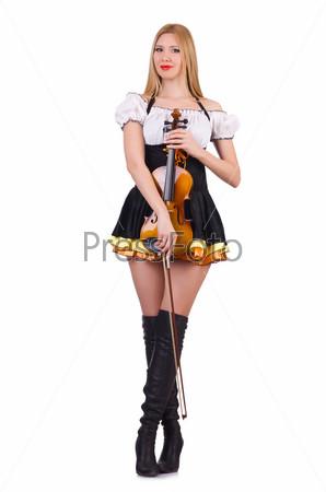 Девушка играет на скрипке на белом фоне