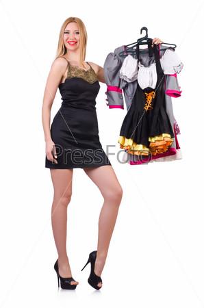 Женщина с одеждой на вешалках