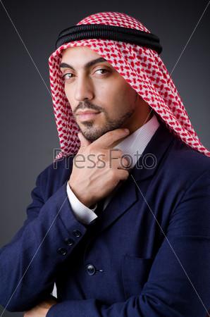 Арабский бизнесмен в темной студии