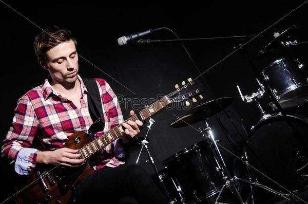 Гитарист во время концерта