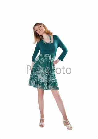 Красивая женщина в зеленом платье и бусах