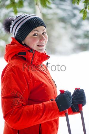 Фотография на тему Портрет счастливой женщины с лыжными палками в зимнем лесу