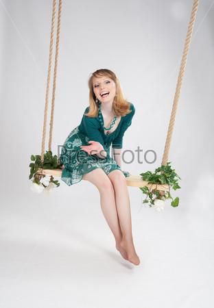 Фотография на тему Красивая женщина в зеленом платье на качелях