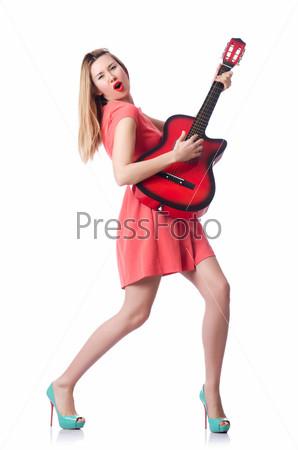 Женщина-гитарист, изолированная на белом