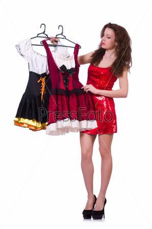 Женщина выбирает платье на белом фоне