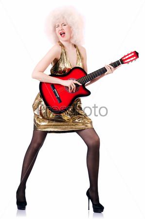 Фотография на тему Молодая певица с афро и гитарой