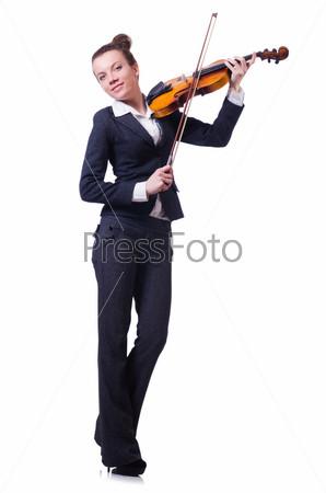 Бизнес-леди с скрипкой, изолированная на белом фоне