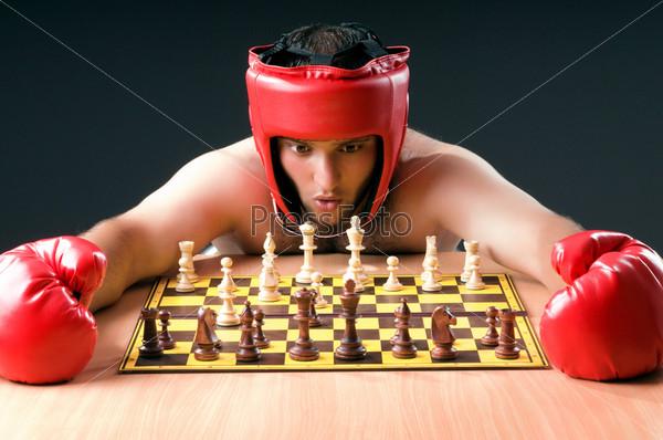 Боксер раздумывает над шахматной партией