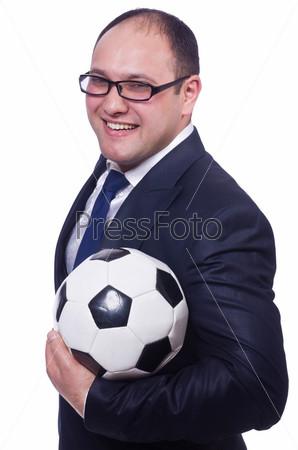 Бизнесмен с футбольным мячом на белом фоне