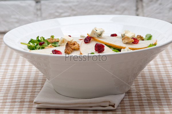 Свежие груши, руккола, сыр горгонзола а салате