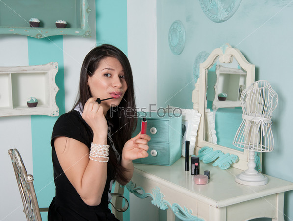 Фотография на тему Красивая женщина красит губы