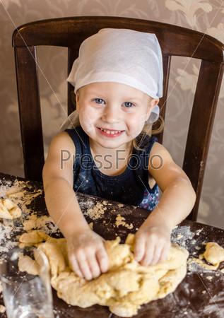 Фотография на тему Ребенок месит тесто