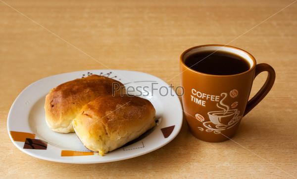 Чашка кофе и тарелка с пирожными