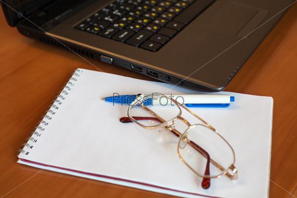 Фотография на тему Очки, блокнот, ручка и ноутбук