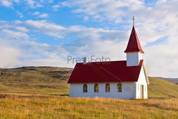Типичная сельская исландская церковь под голубым небом