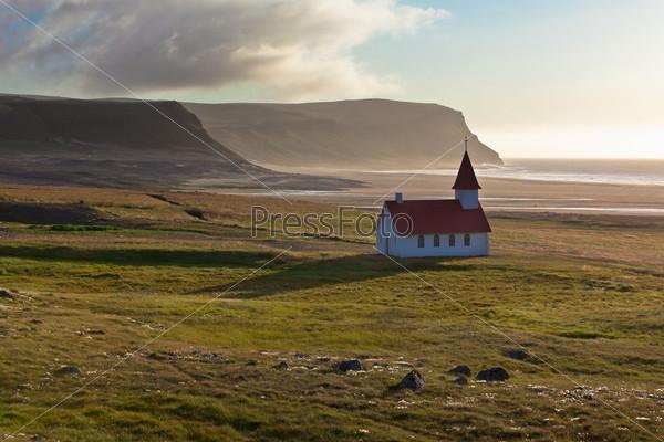 Типичная сельская исландская церковь на берегу моря