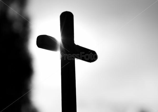 Черный крест на закате солнца