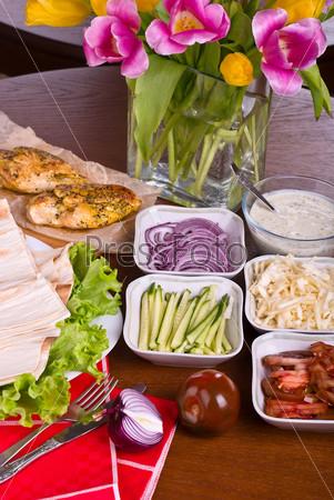 Соус и разнообразные овощи для приготовления традиционной шаурмы