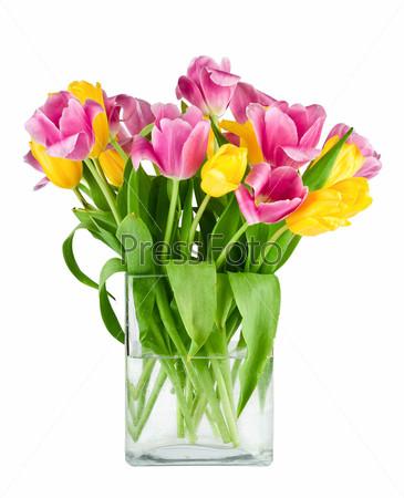 Букет свежих тюльпанов в вазе, изолированный