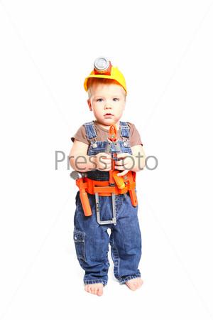 Маленький мальчик в оранжевом шлеме с инструментами на белом фоне