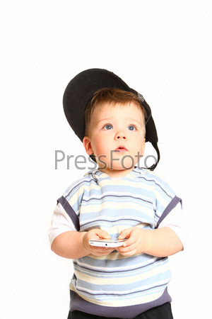 Маленький мальчик с мобильным телефоном на белом фоне