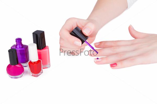 Молодая женщина красит ногти