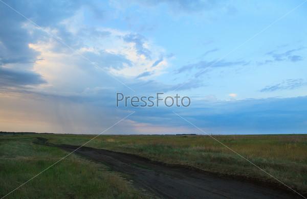 Дорога на равнине ранним утром