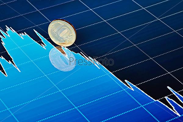 Фотография на тему Монета 10 руб скользит вниз на падающем графике. Выборочный фокус
