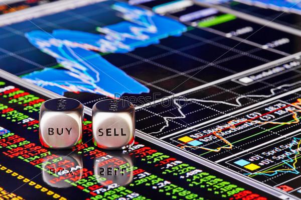 """Кубики со словами """"продать"""" и """"купить"""" на финансовом графике и столбцы котировок как фон. Выборочный фокус"""