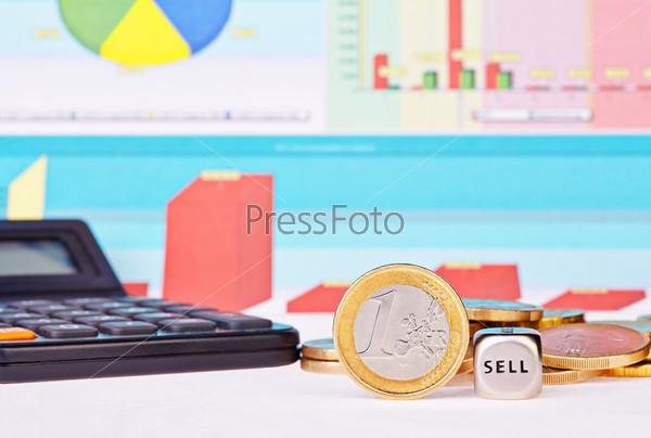 """Фотография на тему Кубики со словами """"продать"""", один евро, калькулятор и финансовые схемы как фон. Выборочный фокус"""