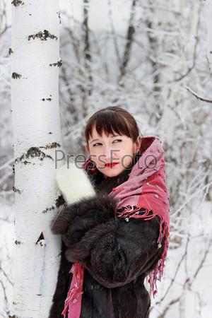 Фотография на тему Портрет милой женщины в зимнем лесу