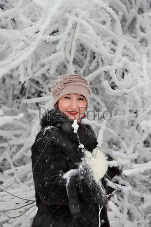 Фотография на тему Счастливая женщина в зимнем лесу