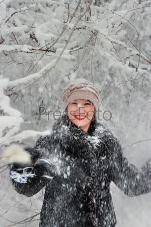 Счастливая женщина в зимнем лесу