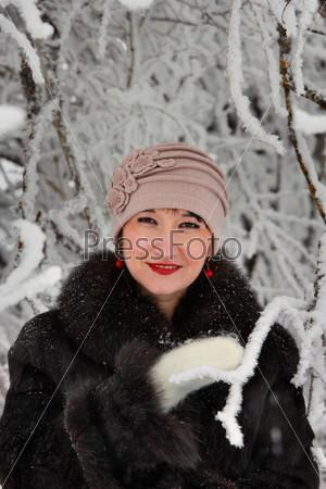 Портрет милой женщины в зимнем лесу