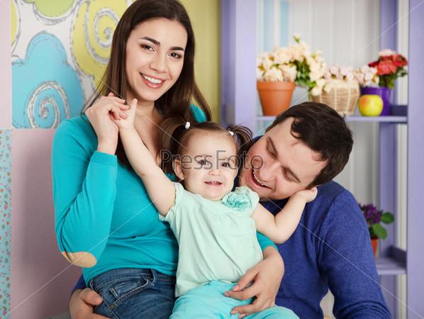 Счастливая улыбающаяся семья