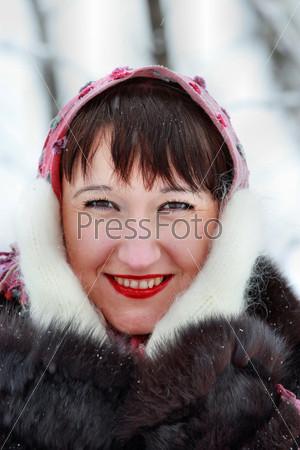 Портрет девушки в розовом шарфе и варежках в зимнем лесу
