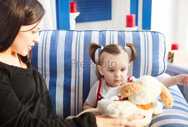 Счастливая мать с годовалой дочерью