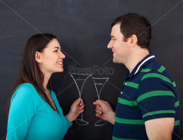 Счастливая молодая пара с бокалами вина