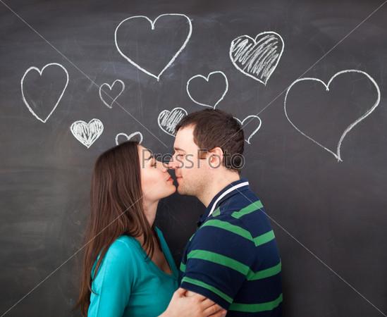 Фотография на тему Влюбленная молодая пара и рисунки мелом