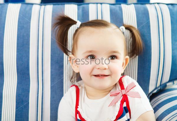 Портрет годовалого ребенка в помещении