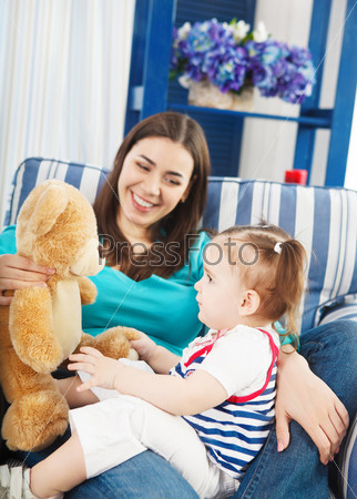 Фотография на тему Счастливая улыбающаяся мать с годовалым ребенком