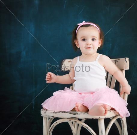 Портрет годовалого ребенка в розовой балетной пачке