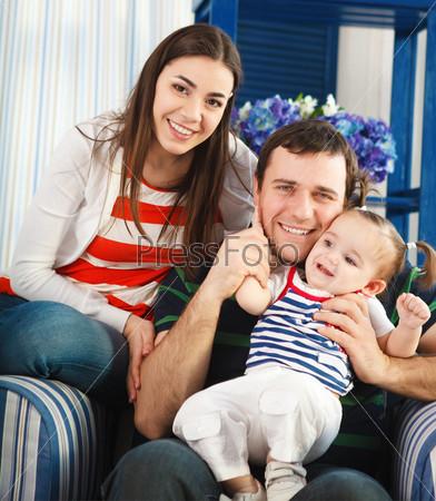 Счастливая семья с годовалой девочкой