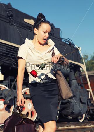 Фотография на тему Женщина с чемоданом смотрит на часы