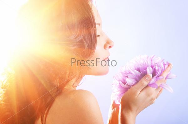 Фотография на тему Женщина с большим цветком