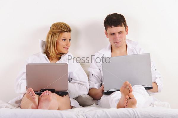Мужчина и его беременная жена