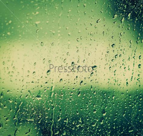 Капли на стекле после дождя