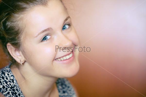 Портрет счастливой  молодой женщины крупным планом