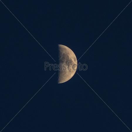 Темная ночь и луна в ночь на Хэллоуин