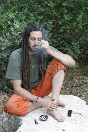 Хиппи курит марихуану